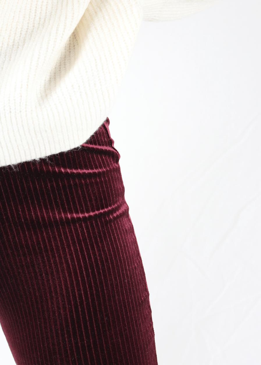 Velvet flared pants red rood gestreept – close up