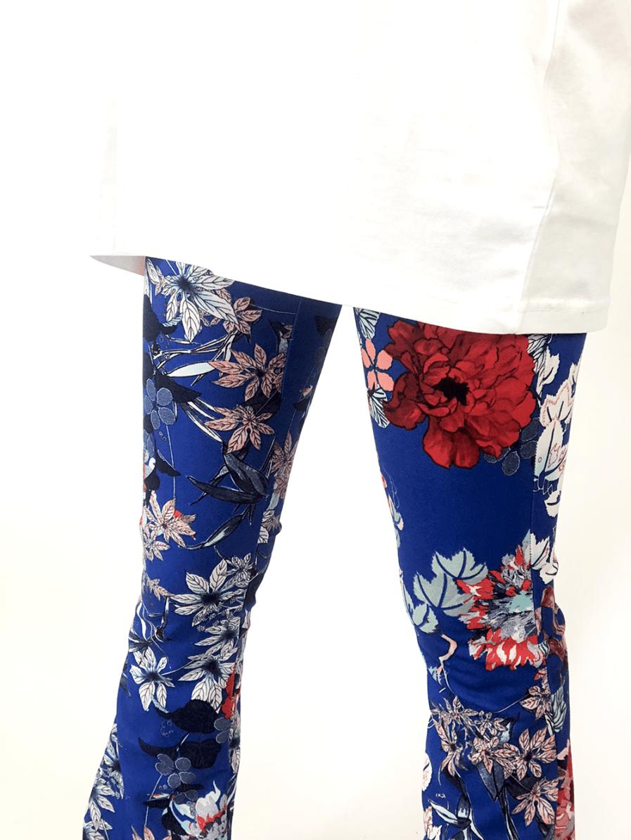 Flared pants met bloemen - blauw - close up