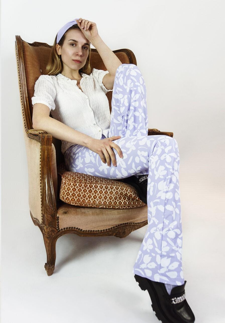 Flared pants lila met bloemen print - campaign