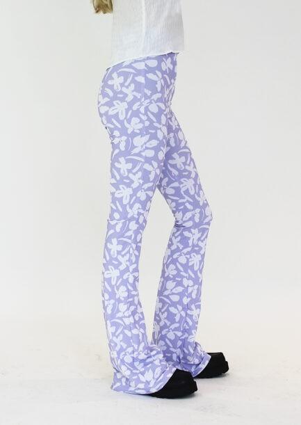 Flared pants lila met bloemen print - zijkant