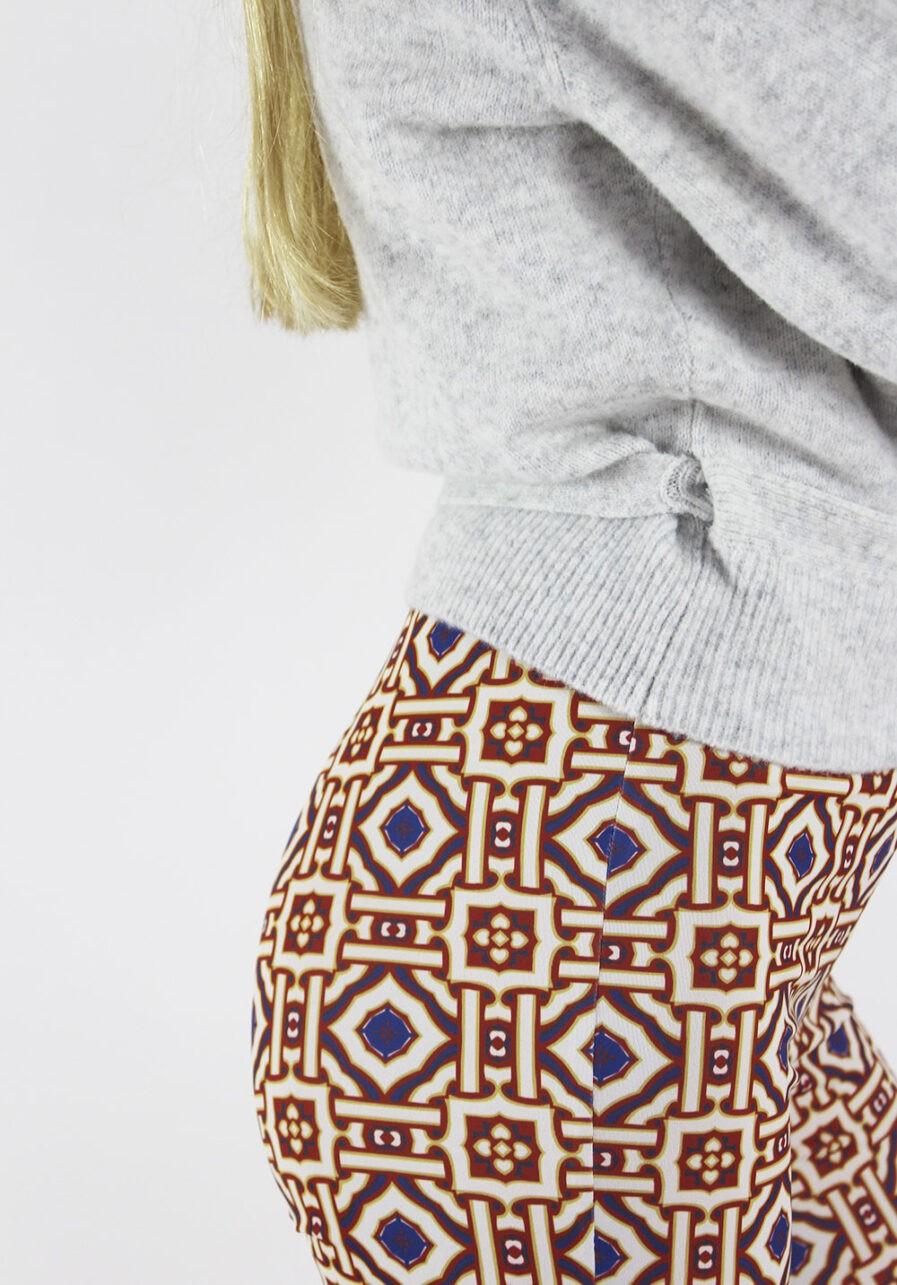 Printed flared pants - Afrikaanse print - close up