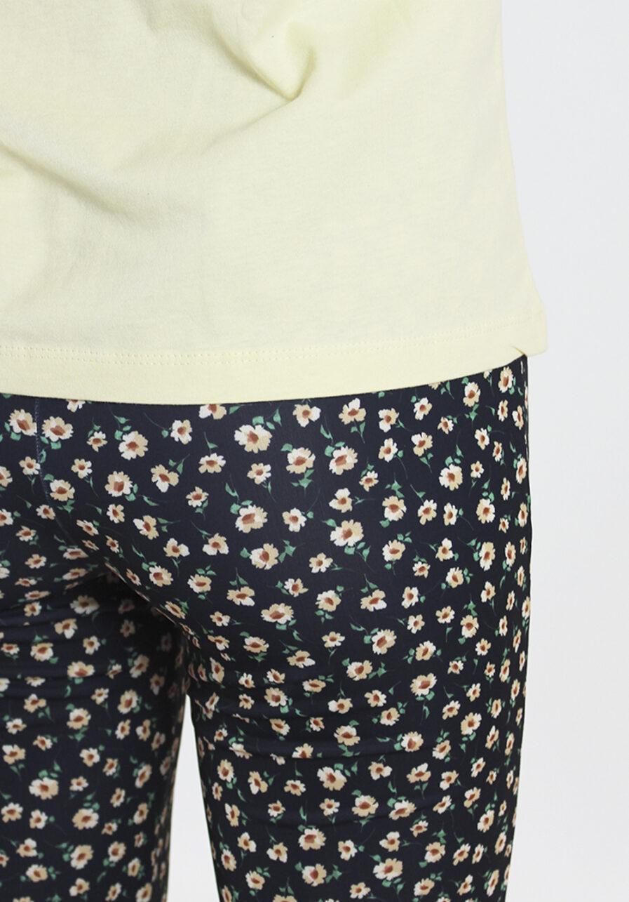 Flared pants - zwart met bloemen print - close up