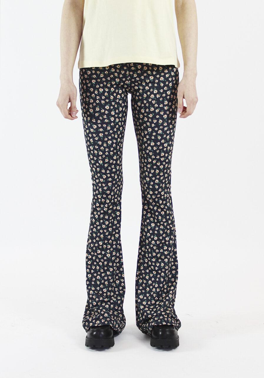 Flared pants - zwart met bloemen print - voorkant